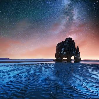 Hvitserkur 15 m hoogte. fantastische sterrenhemel