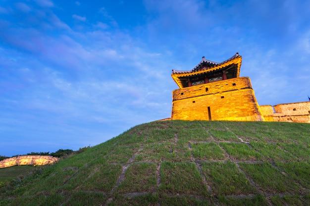 Hwaseong fort na zonsondergang, traditionele architectuur van korea in suwon, zuid-korea.