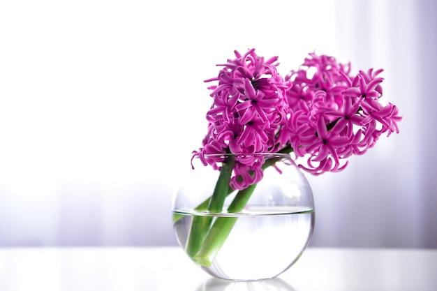 Hyacint bloemen op tafel in een vaas