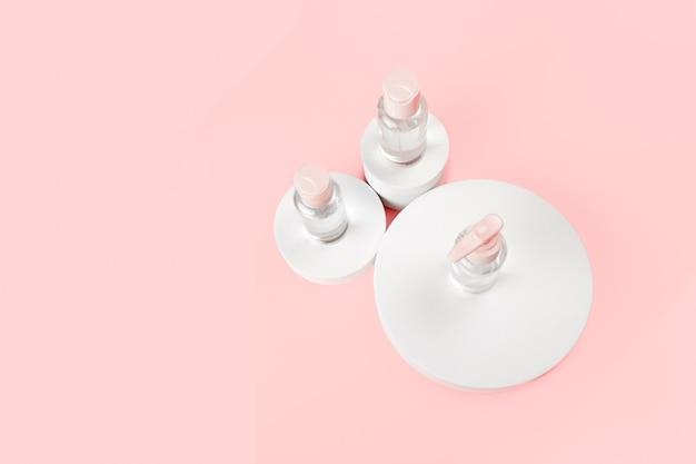 Hyaluronzuur voor hydratatie van de huid. vloeibare druppels voor antiverouderingsmassage. bovenste horizontale weergave copyspace.