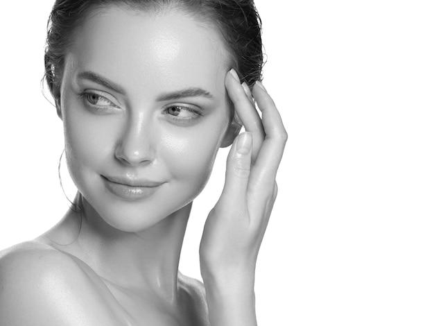 Hydratatie huid vrouw schoonheid gezonde schone huid gezicht mooi model nek en schouders geïsoleerd op wit. studio opname. monochroom. grijs. zwart en wit.