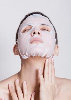 Hydraterend gezichtsmasker op mooie vrouw