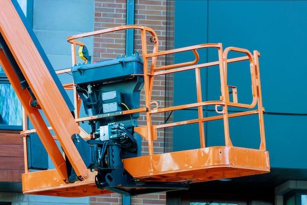 Hydraulisch hefplatform van de bakcabine van een telescopische lift op werkende bouwplaats
