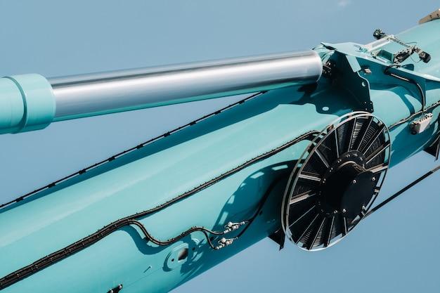 Hydraulische cilinder van het hefsysteem op een autokraan. het controlesysteem van de kraanmotor.