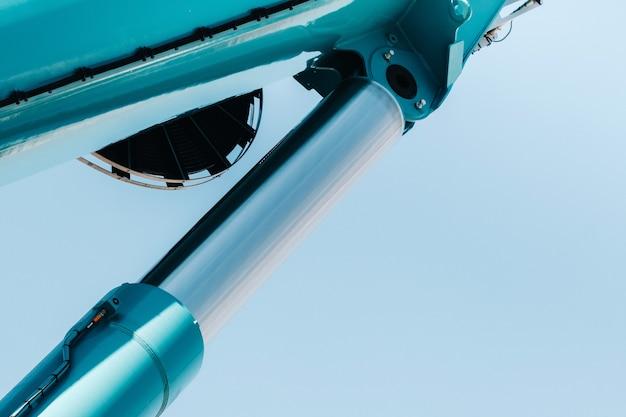 Hydraulische cilinder van het hefsysteem op een autokraan