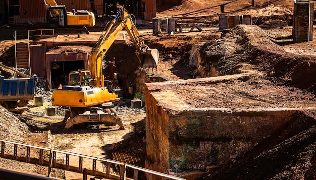 Hydraulische graafmachine of wiel backhoe werken in de mijnbouw
