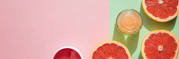 Hydrogel cosmetische ooglap voor huidverzorging op roze achtergrond. product voor het opheffen van het gezicht, anti-aging rimpels. bovenaanzicht, kopieer ruimte prestaties van de moderne wetenschap in cosmetica om schoonheid te behouden