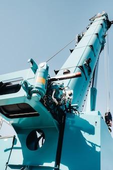 Hydrostatische kraanmotor. het besturingssysteem van de kraanmotor. hydraulische afdeling hijsen op de vrachtwagenkraan. het hydraulische systeem van de motor. hydraulische slangen op de kraan. autoparts