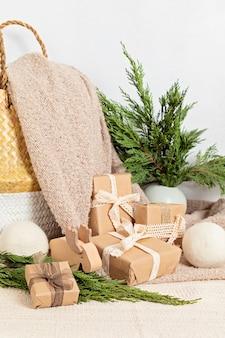 Hygge milieuvriendelijke in papier verpakte cadeautjes met mand en warme zachte deken. scandinavische kerstversieringen en geschenken zonder afval