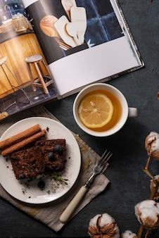 Hygge thee gezellige huis herfst brownie plat lag bovenaanzicht