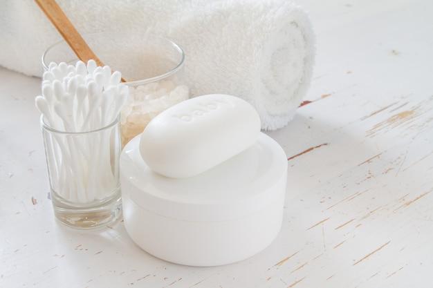 Hygiëne essentials op witte achtergrond