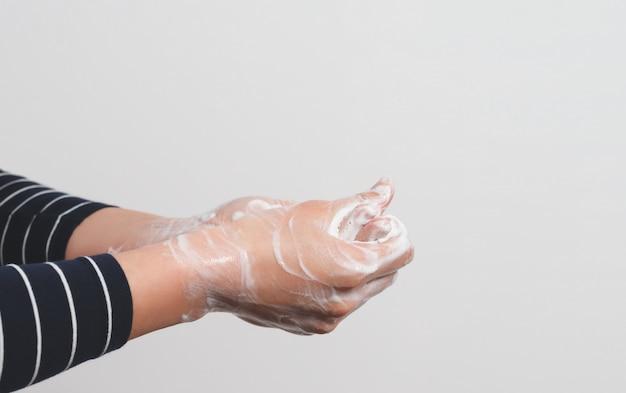 Hygiëne om de menselijke gezondheid te beschermen tegen virussen, handen wassen met zeepproces.