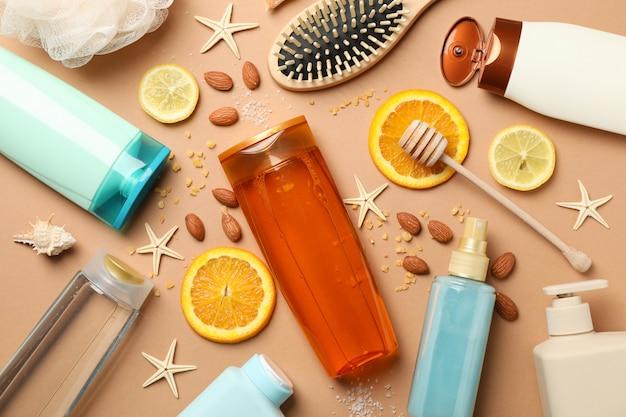 Hygiënesamenstelling met shampooflessen op ambachtelijke achtergrond