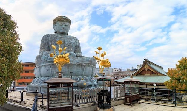 Hyogo daibutsu is een gigantisch boeddhabeeld in de nofukuji-tempel in kobe