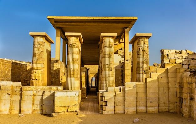Hypostyle zaal bij de piramide van zoser saqqara, egypte