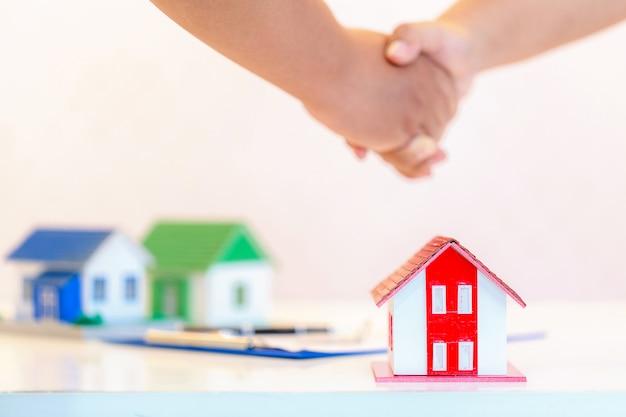 Hypotheek concept. mannelijke hand die sleutel houdt