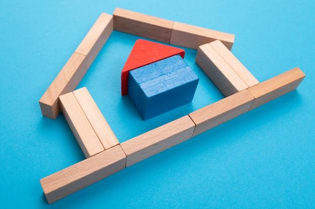 Hypotheek gedekt door het concept van onroerend goed, verzekeringen en huisvesting.