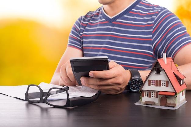 Hypotheek laden berekenen budget met lening geld bank concept.