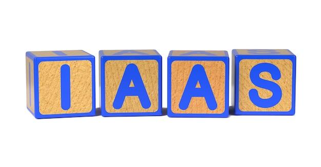 Iaas op het alfabetblok van gekleurd houten kinderen dat op wit wordt geïsoleerd.