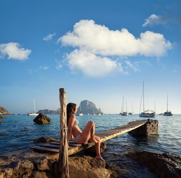 Ibiza cala d hort meisje pier zonsondergang es vedra