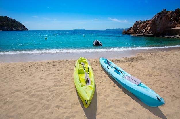 Ibiza cala sant vicent strand met kayaks san juan