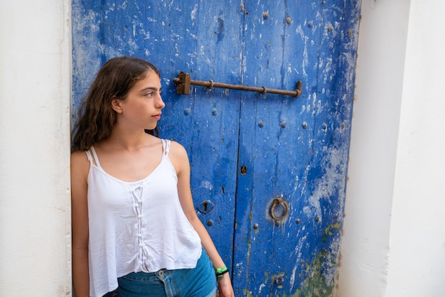 Ibiza eivissa jong meisje op blauwe deur