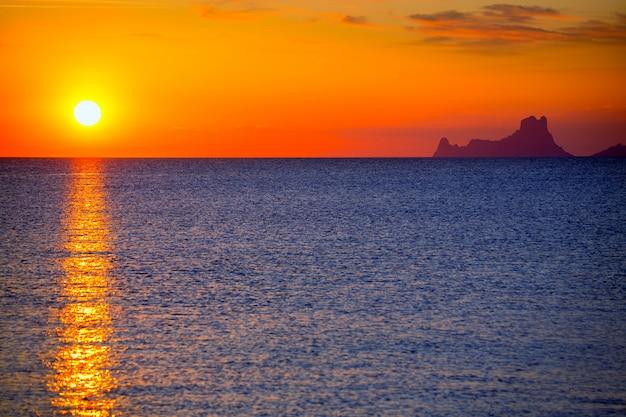 Ibiza-zonsondergang es vedra uitzicht vanaf formentera