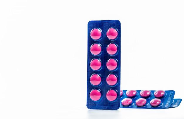 Ibuprofen in roze tablet pillen pack in blauwe blisterverpakking met kopie ruimte