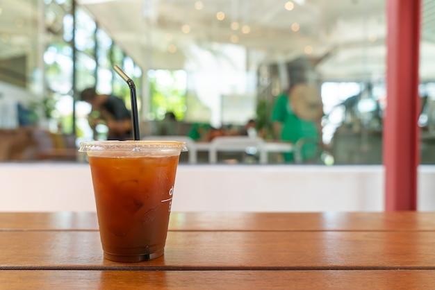 Iced americano koffie in coffeeshop café-restaurant