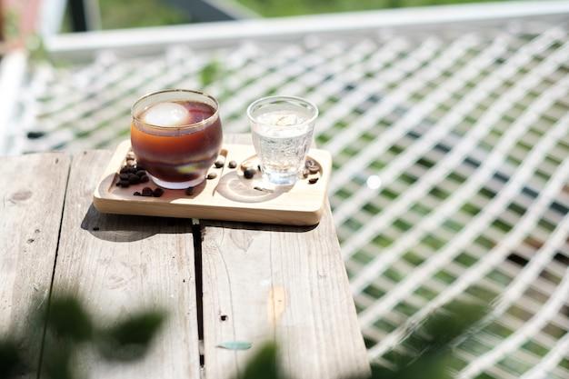 Iced americano-koffie wordt op de tafel in het café gezet.