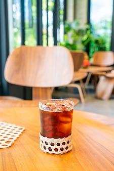 Iced americano koffieglas in coffeeshop café-restaurant