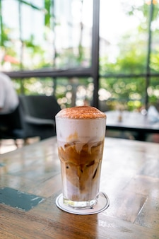 Iced cappuccino koffie in coffeeshop café-restaurant