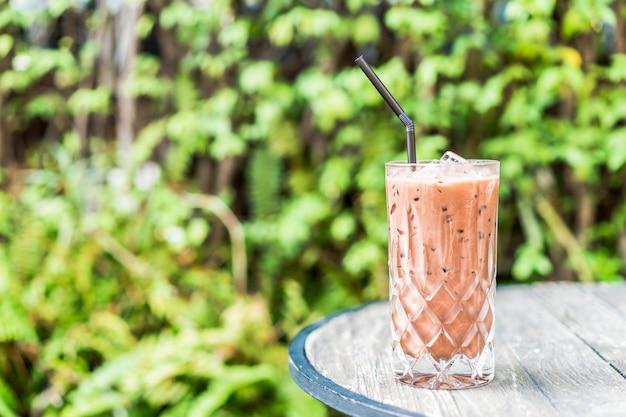 Iced chocolade glas op tafel