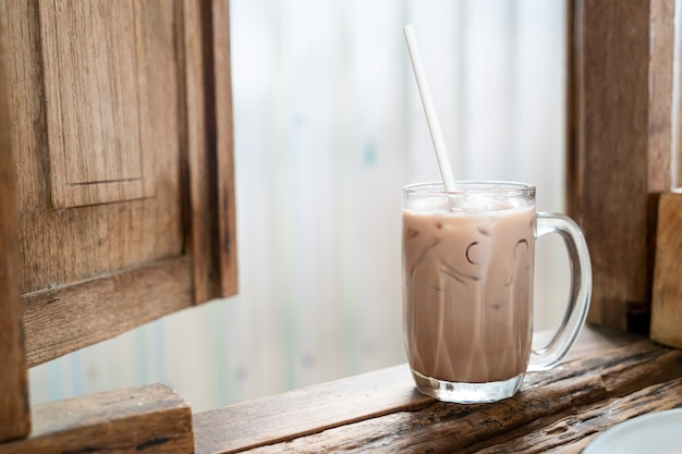 Iced chocolade milkshake glas in café-restaurant