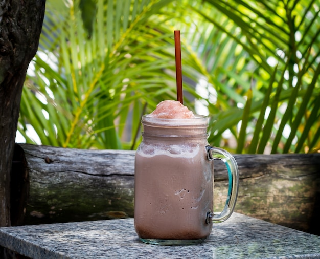 Iced chocolate smoothie op tafel