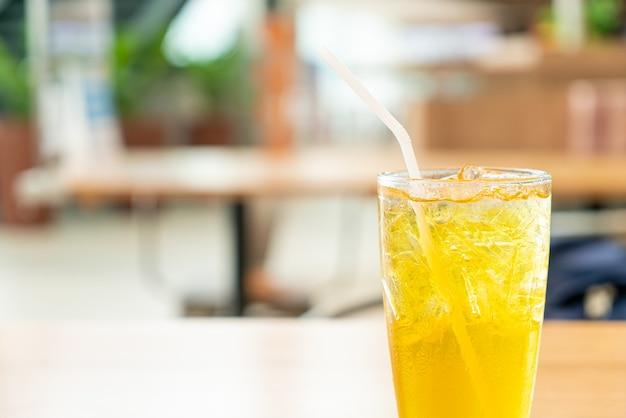 Iced chrysantensap op houten tafel in café-restaurant