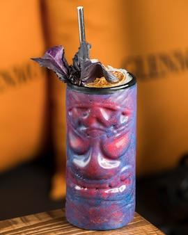 Iced cocktail met schijfje citroen en basilicum