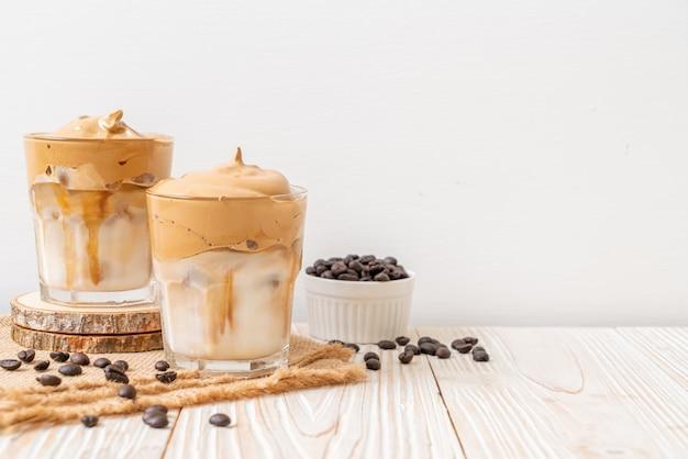 Iced dalgona coffee, een trendy luchtige romige slagroomkoffie