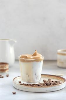 Iced dalgona coffee met donzig zoet schuim in een glas