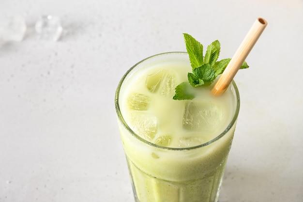 Iced green-matchathee die op wit wordt geïsoleerd. detailopname