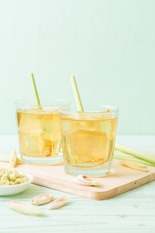 Iced lemon grass juice op hout