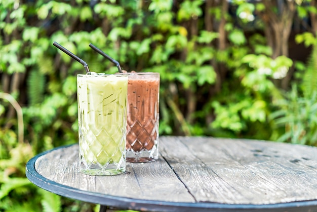 Iced matcha groene thee en chocolade glas op tafel