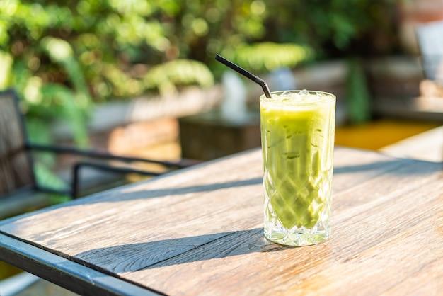 Iced matcha groene thee glas op tafel