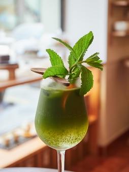 Iced matcha tonic alcoholvrije drank gegarneerd met munt