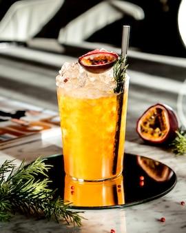 Iced oranje cocktail op de tafel