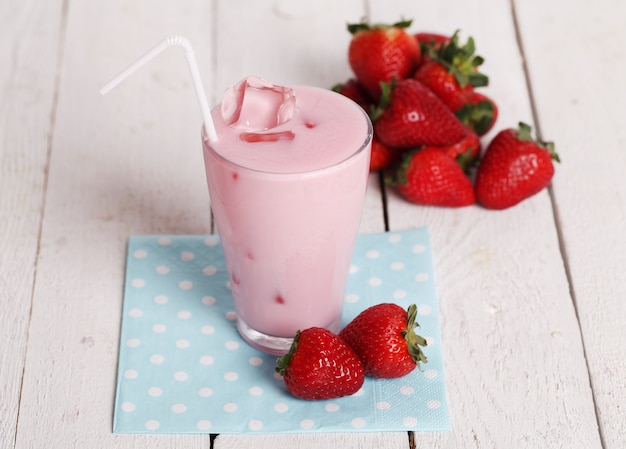 Iced pink cocktail en verse aardbeien