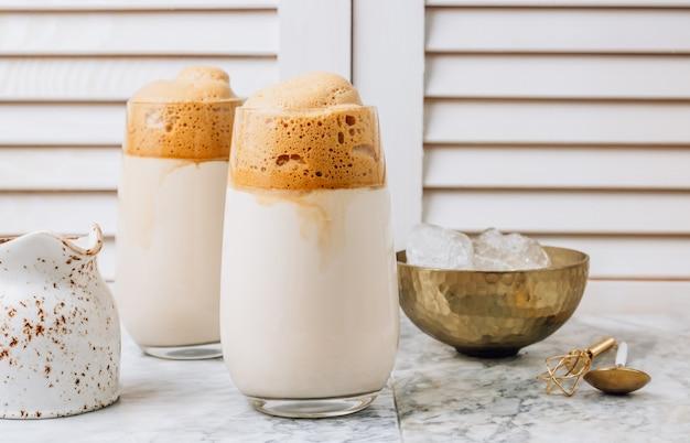 Iced schuimige dalgona coffee, een trendy donzige romige slagroomkoffie