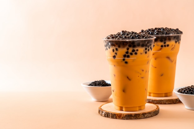 Iced thai milk tea met bubbles