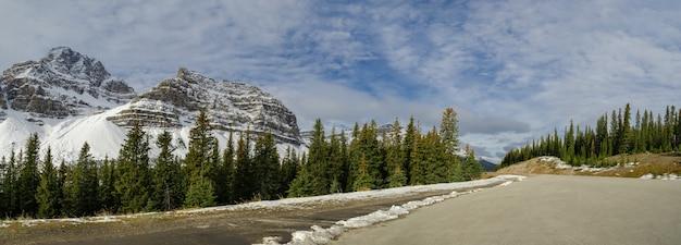 Icefield parkway in de winter naar jasper national park, alberta, canada.