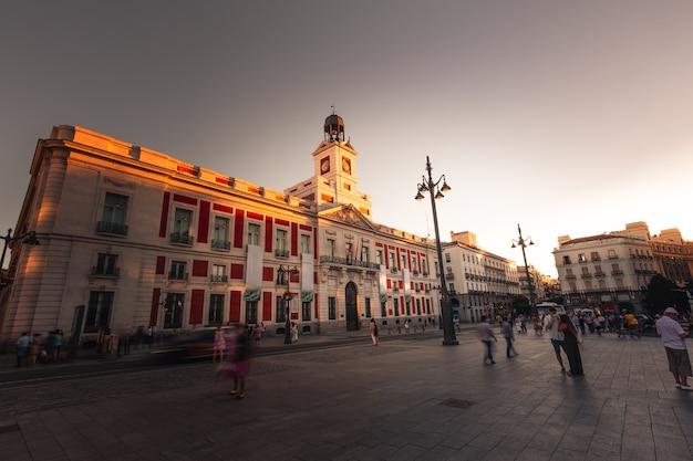 Iconisch centraal vierkant van madrid in plaza del sol, spanje